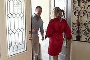 Два парня из посольства трахают шикарную гостью