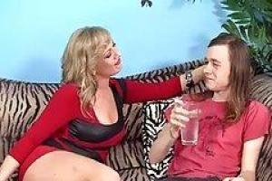 Молодая женушка сношается со своим старым мужем в душевой кабине