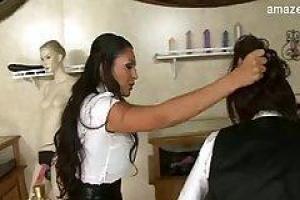 Красивая брюнетка делает минет гостю